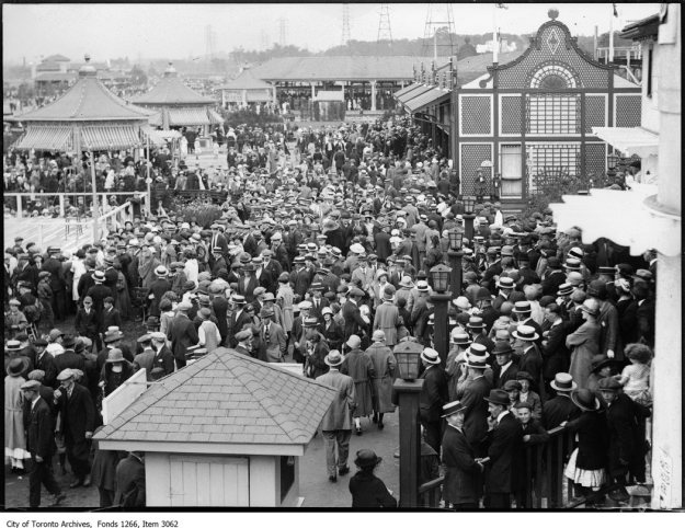 Sunnyside, crowd in amusement area, looking west. - July 1, 1924